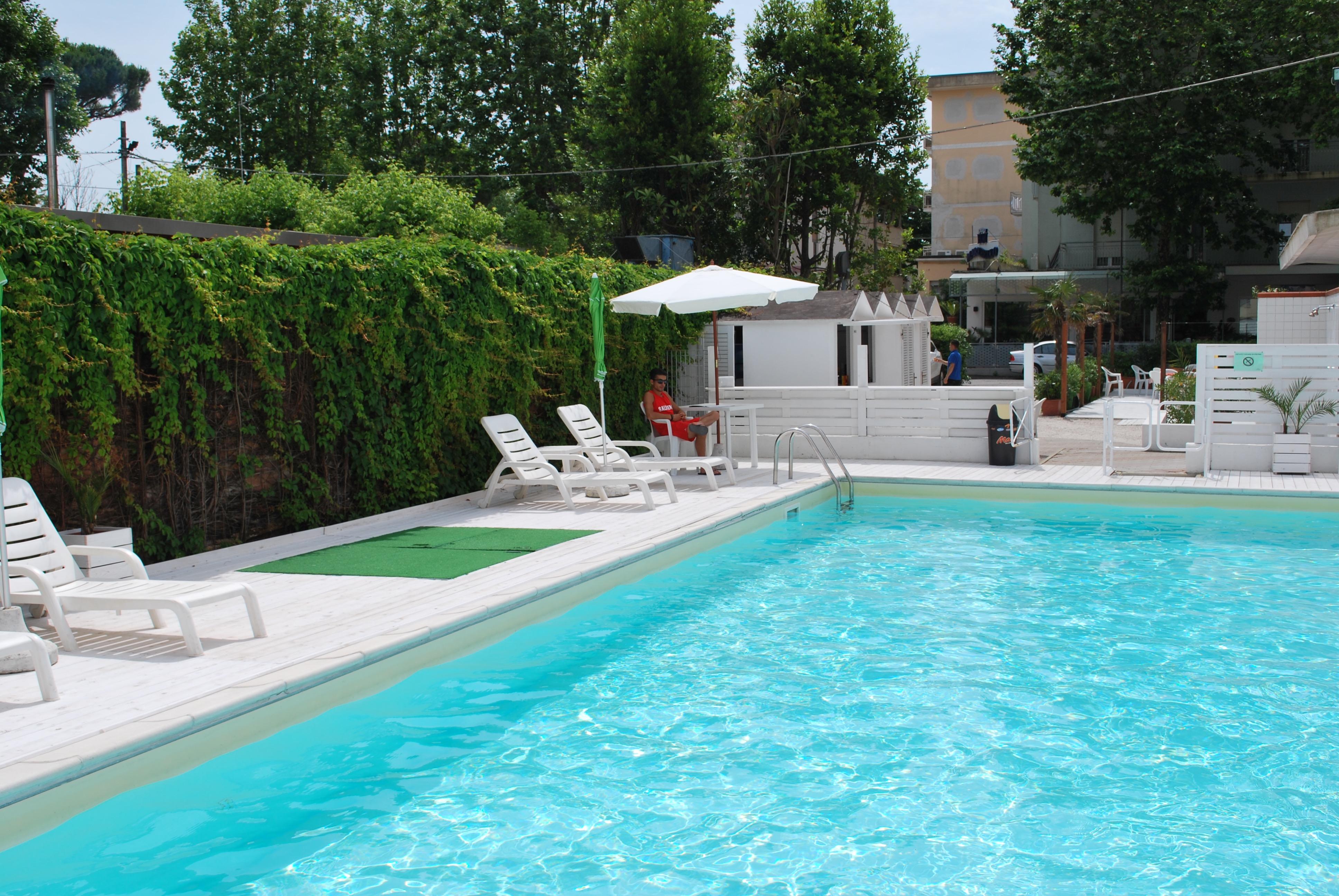 Hotel piscina rimini albergo con piscina e zona solarium - Bagno 46 rimini ...